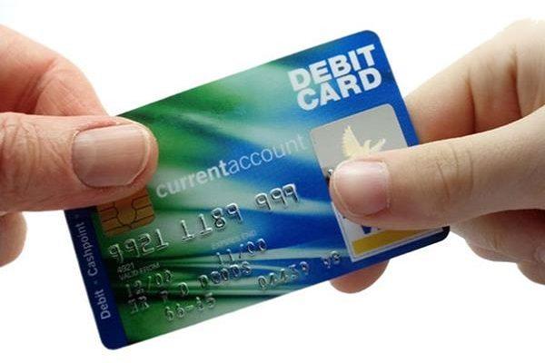 Thẻ ghi nợ được các ngân hàng phát hành